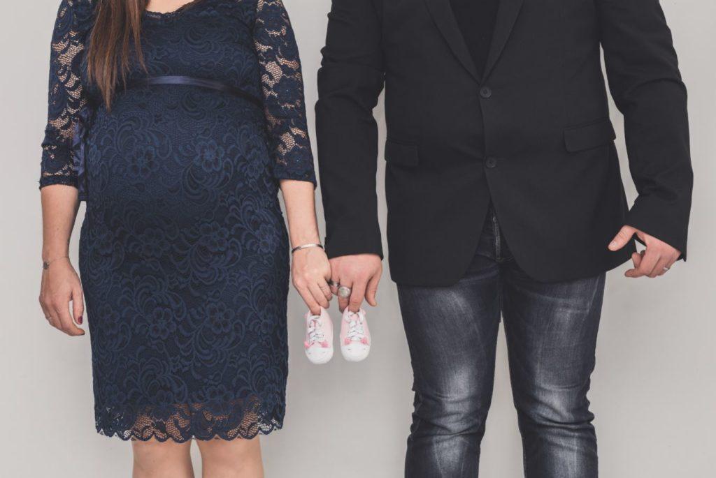 Séance maternité à domicile chaussons