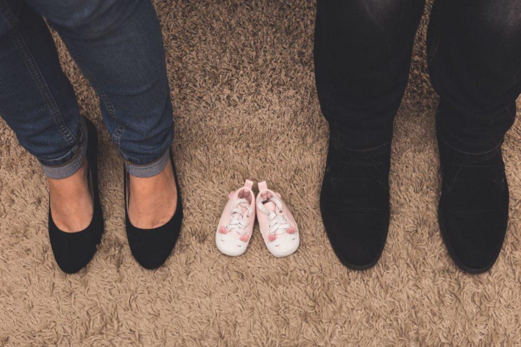 Séance maternité à domicile chaussures