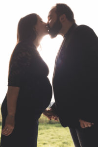 couple femme enceinte baiser